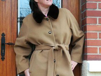 femme souriant en manteau beige ceinturé