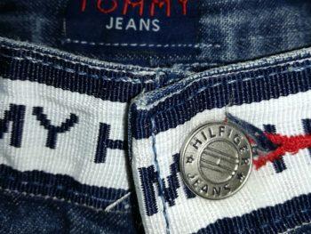 Gros plan sur étiquette Tommy jeans