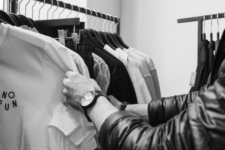Vêtements sur un portant noir et blanc
