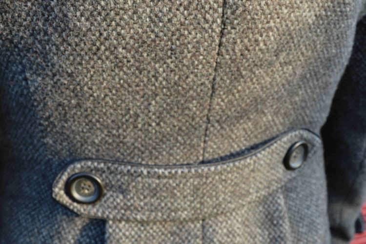 Détail dos manteau gris femme
