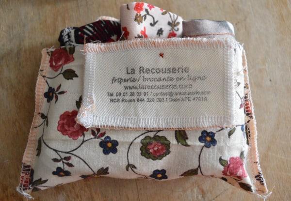 pochette de masque en tissu avec étiquette la recouserie